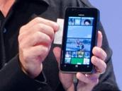 """诺基亚WP8手机再""""露脸"""" 秒杀iPhone 4S"""